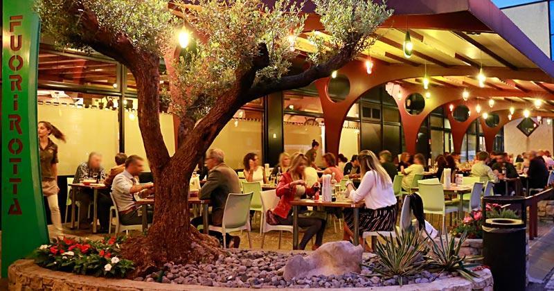 Lo spazio esterno del Fuorirotta è il posto ideale per una piacevole serata estiva in compagnia!